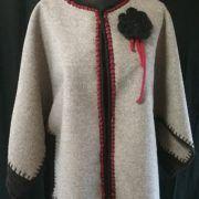veste cape laine grise bordure alpaga noir et lien rouge en fil d'écosse Fleur au crochet en alpaga noir
