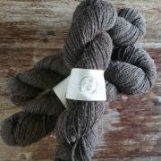 écheveau de laine de mouton marron de race solognote bio